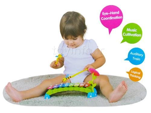 کودک در حال بازی کردن با اسباب بازی بلز زنبوری