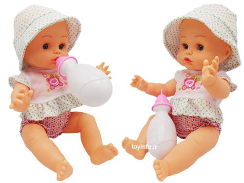 عروسک در حال خوردن شیر