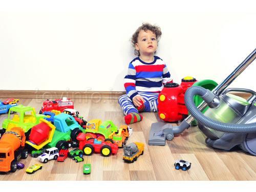 پسر کوچولو و اسباب بازی های بهم ریخته