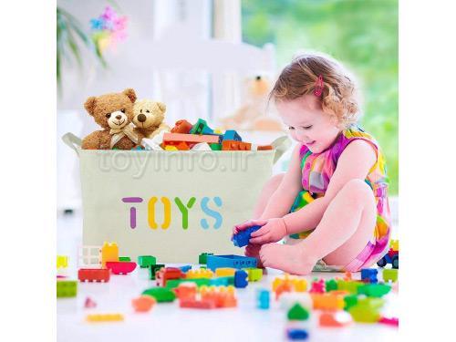 دختر بچه در حال بازی با لگو