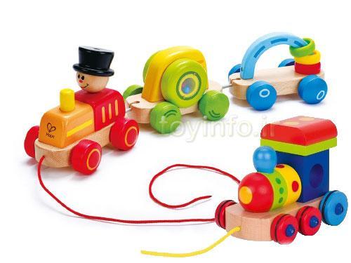 تصویر دو اسباب بازی چوبی قطار با رنگ های شاد