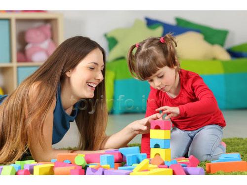 مادر و دختر در حال بازی با اسباب بازی چوبی