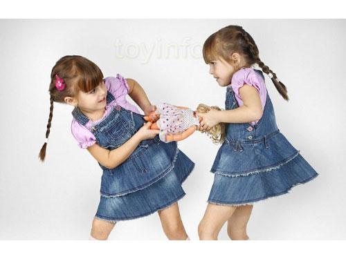 کودک در حال دعوا به خاطر اسباب بازی