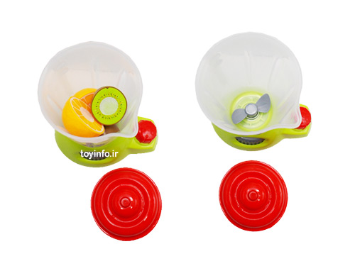 تکه های میوه در ظرف آبمیوه گیری