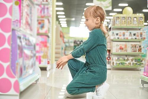 کودکی که عاشق یک اسباب بزی شده